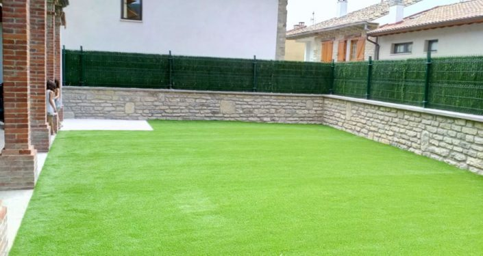 jardn realizado en ibero con csped artificial tarkett