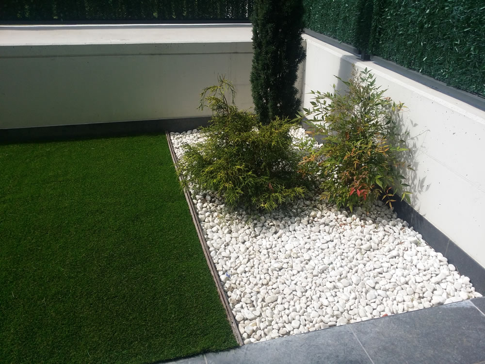 Instalaci n de jard n con c sped artificial para so en - Cesped artificial jardin ...